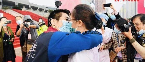 现场求婚!柳州第四批援鄂英雄回归,有队员向护士女友表白,市长送祝福!