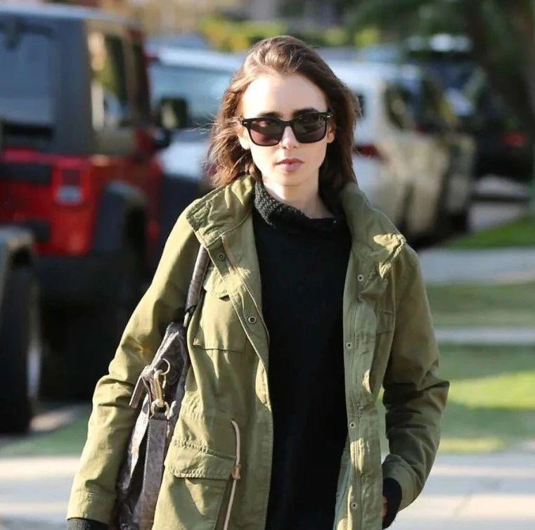 """种草鹅  Lily Collins这件""""半永久""""军绿外套,怕是要穿到天荒地老"""
