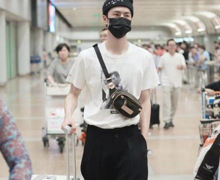 王一博的穿搭太个性,T恤配牛仔裤和板鞋,帅气又有潮范儿