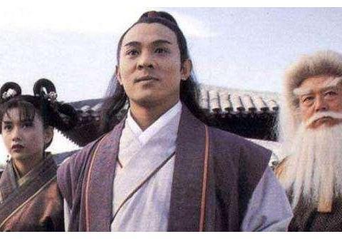 李连杰是矮个子,脱掉鞋和曾志伟一样高,为何电影里看不出来?