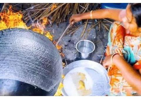 印度人用抹布烙饼,几秒钟就能做好一张饼,一天能卖出上千个
