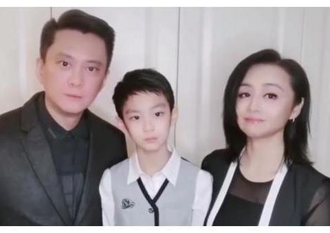 最美霍水仙曹颖46岁老得认不出,疑整容成蛇精脸,低调结婚生子