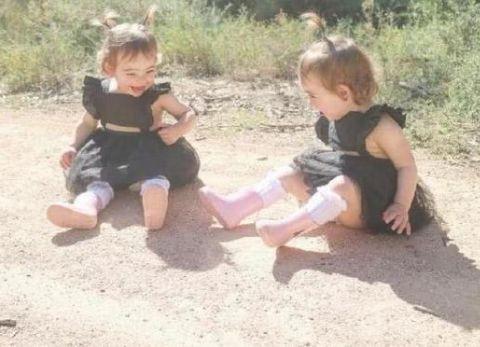女子带双胞胎回乡下,拍照时没发现怪异,回家后流一身汗