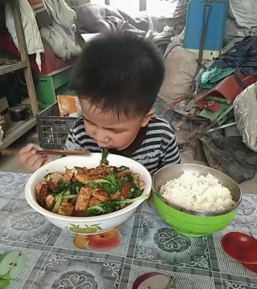 男孩在午托班吃不饱,老师好奇去家访,进门后看到不可思议的这幕