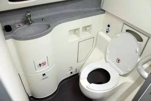 高铁厕所上的排泄物,真的是直接排到铁轨上吗?答案其实很简单
