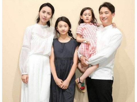 黄磊和孙莉分工明确,一个晒女儿一个晒儿子,黄多多身材十分健美