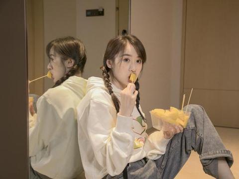 因饰演张艺兴老婆走红,今穿休闲装绑双麻花辫,28岁太清纯