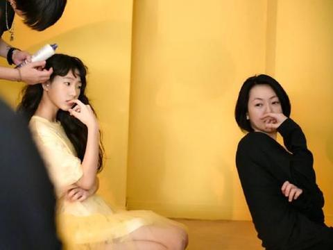 星二代太成熟:王菲女儿做头发,李咏女儿纹身,汪峰女儿化浓妆