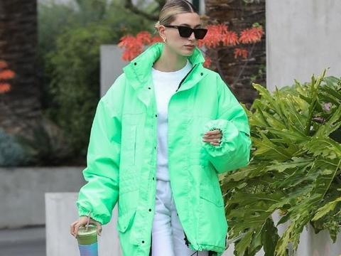 171cm海莉太敢穿了,和肯豆双双挑战荧光绿造型,果然腿长任性!