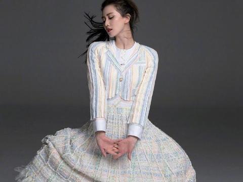 刘诗诗再现黑长直,白衬衫加彩色格纹套装裙,33岁依旧美如少女