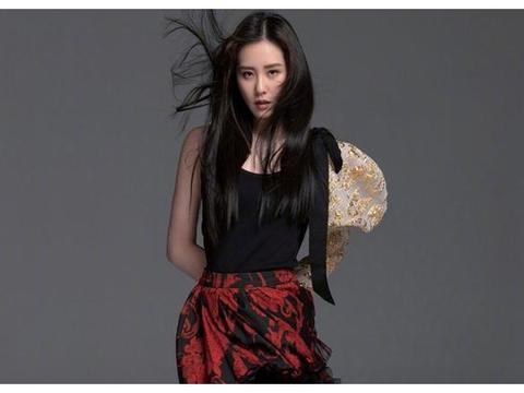 刘诗诗变身淑女,黑长直太过耀眼,文静而美好的女神