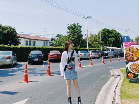 """她是火箭少女的""""小彩虹"""",穿棒球服搭白T阔腿裤,腿长优越"""