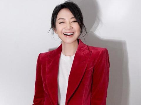 49岁闫妮只是及减了个肥,穿紫色毛衣配紧身长裤,轻松嫩回28岁