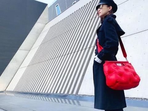 佘诗曼黑色系穿搭有气质,尖头皮靴搭配高顶鸭舌帽,美到让人惊呆