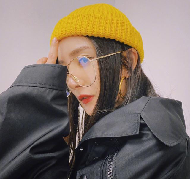 暗黑系杨幂上线,小黄帽+金丝边眼镜搭黑色风衣,又酷又可爱