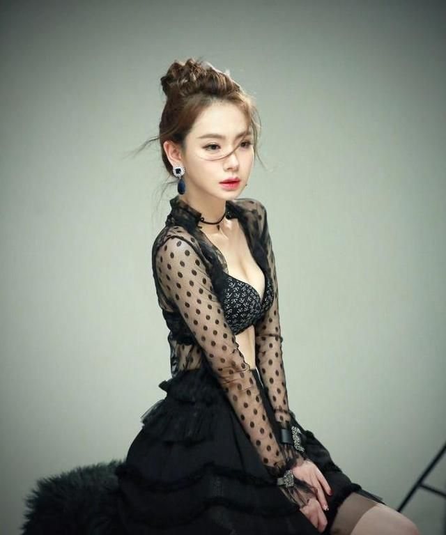 王思聪初见戚薇,就被她的美貌吸引,戚薇反问:我离婚你追我吗