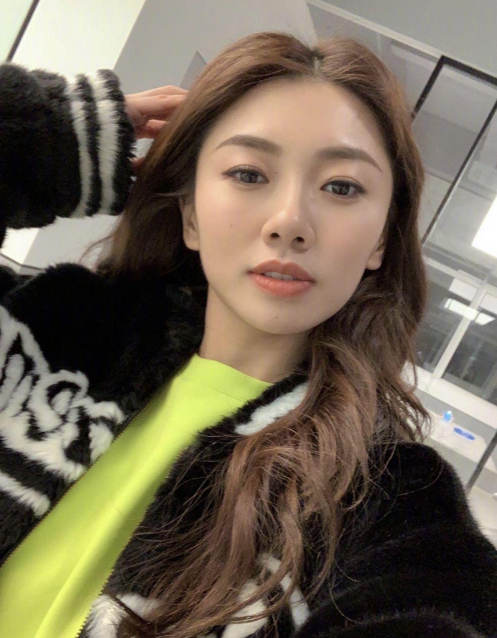 郑恺前女友程晓玥晒照,穿荧光绿套装扎苹果头减龄