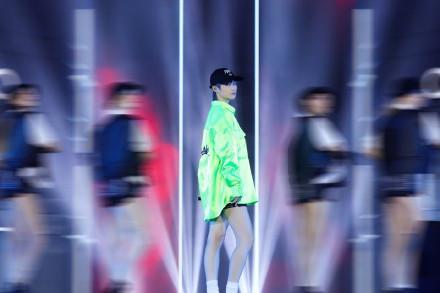 李宇春还是穿裤装最好看,荧光绿上衣搭配热裤,35岁依旧帅气迷人