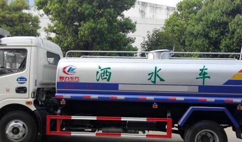 """马路新公害,洒水车成""""公敌""""!车主:弊大于利,该取消了!"""