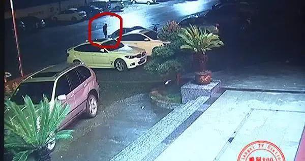 凌晨疯狂作案 车窗接连被砸物品被盗 嫌疑人竟开着宝马!