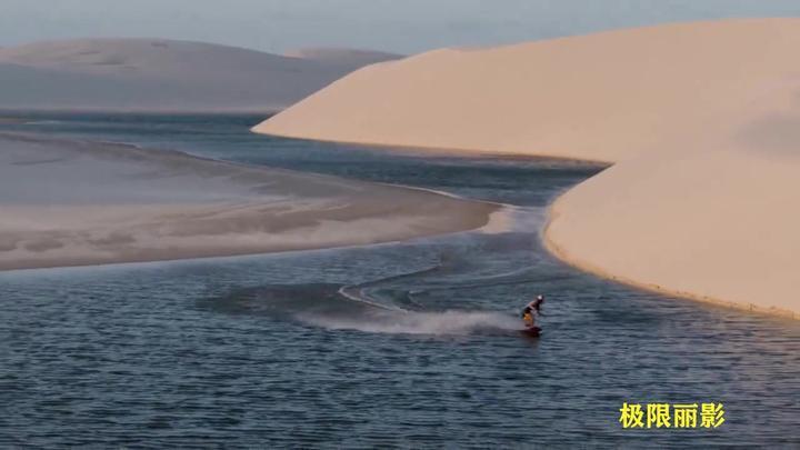 滑水:两人骑在美丽的白色沙滩和蛋白石水域,挑战你的视觉神经!