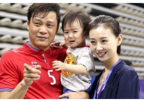 """他是奥运男神,却选择和大36岁的华裔富婆相恋,被嘲讽""""吃软饭"""""""