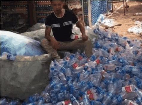 小伙花数月集几万矿泉水瓶,被嘲笑不务正业,最后对其拍手称赞