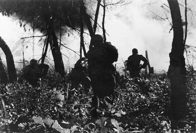 距坑道几米时,他抱起炸药包冲进敌群,毅然拉燃炸药包导火索