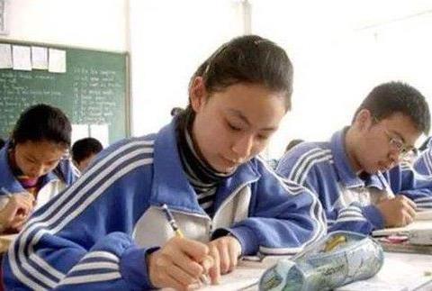 17年前他偷走高考试卷,熟记题目后参加考试,看到考题后崩溃了