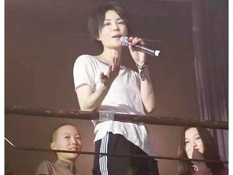 50岁王菲现身聚会,短发白T恤打扮个性,难怪窦靖童随了她