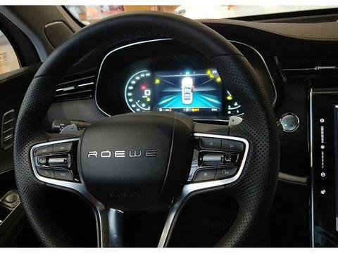 荣威RX5 MAX外观运动感十足,中控屏非常大,视觉感受很强烈
