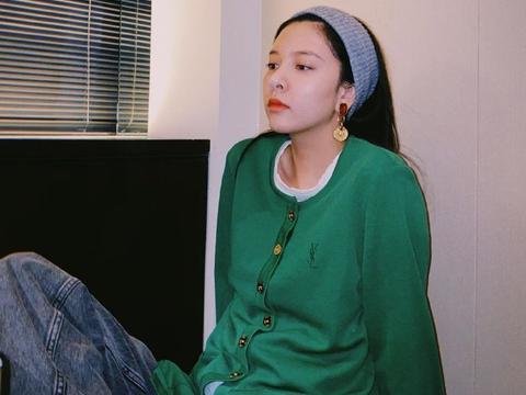 宋妍霏穿绿色针织衫搭休闲发带,耳饰增添复古气息,精致女孩好可