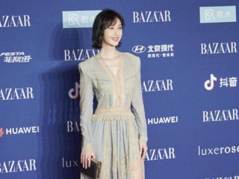 张俪新造型太出色,淡蓝色连衣裙配长靴气质脱俗,换了短发美炸了