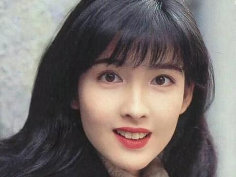 倪震与三十岁短发女子外出举止亲昵 与周慧敏相爱30年曾多次出轨