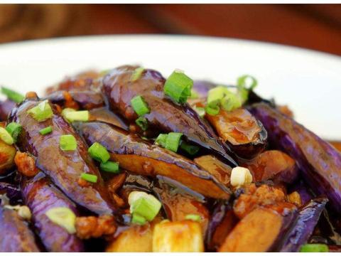 做鱼香茄子时,不要直接下锅炒,多加一步,茄子不油腻,更美味
