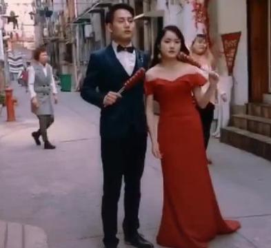 新娘拍婚纱在大街上吃东西,面目狰狞,看到成片后新娘被征服了