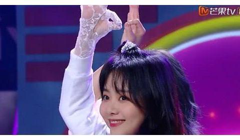 谢娜不小心要摔出舞台时,谁注意到张新成在身后做了什么?
