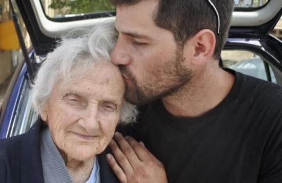 九旬奶奶街头做善事几十年,发生意外后的生活让人热泪盈眶