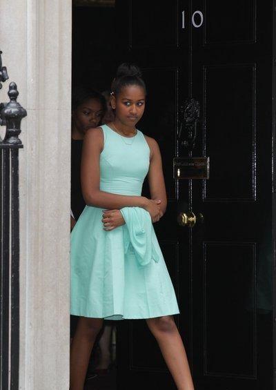 """奥巴马大女儿""""发育过猛"""",小号裙子勒出褶皱,穿衣风格随了妈"""