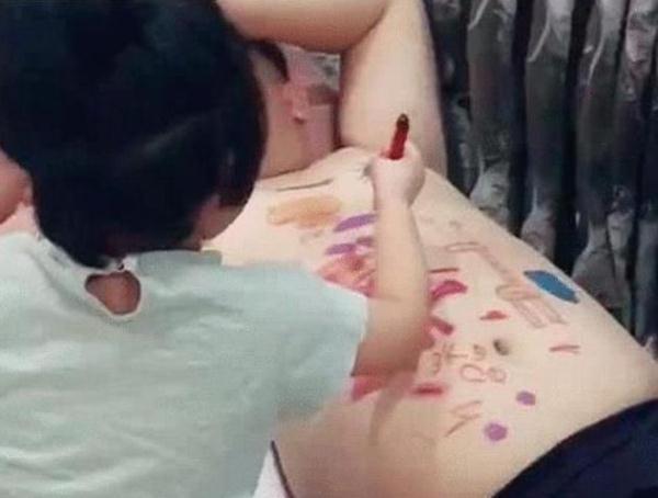 女孩在爸爸肚子上画画,本以为是乱涂乱画,画完后爸爸都不淡定了