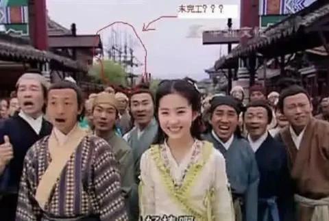 搞笑穿帮镜头:刘亦菲身后铁架子,唐僧居然穿了一件白色的衬衣!