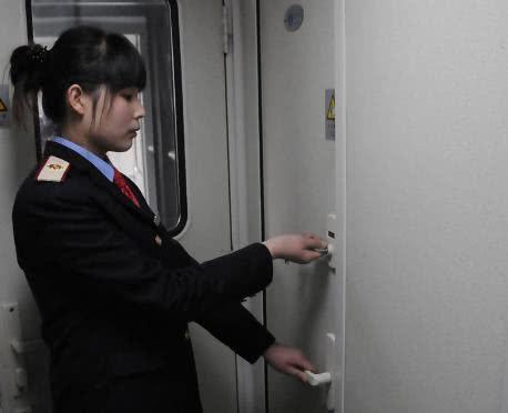 为什么火车进站时,乘务员会把厕所门给锁住?今天终于明白了