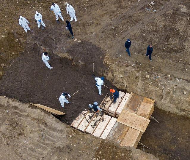 无人机拍下纽约疫情惨状,流浪汉棺材被堆起来掩埋于荒岛