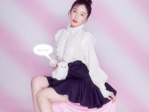 阚清子真是迷人,穿粉色T恤戴蝴蝶结发带,简直是18岁帅气少女