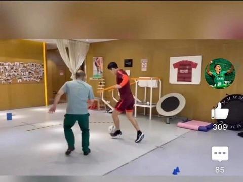 张玉宁伤愈进行有球训练,室内挂着广州恒大球衣成亮点
