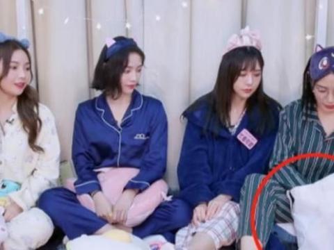 青你2:蔡徐坤偷偷塞给许佳琪礼物,被室友发现后,女方耳朵通红