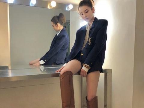 宋祖儿真是放得开,短裤还没外套长,坐化妆台上只剩大长腿了