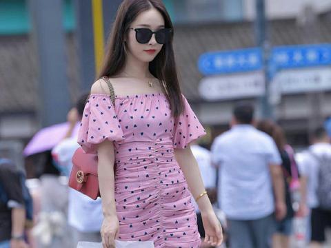 街拍:靓丽可爱的小姐姐,粉色针织衫搭蓝色牛仔裤,魅力十足