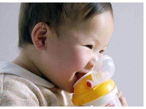 """婴儿出现""""3个迹象"""",说明想要喝水了,宝妈千万别忽视了!"""