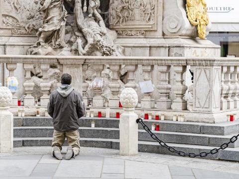 上帝保佑奥地利!民众纷纷来到鼠疫柱前祈祷!